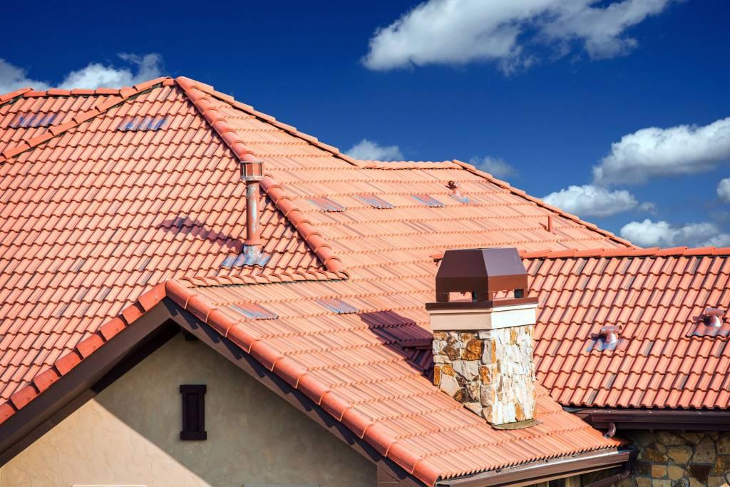 Stiai ca invelitoarea acoperisului se alege in functie de arhitectura casei. Iata cum